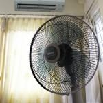 sử dụng quạt điện phòng điều hòa