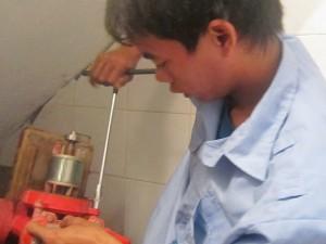 Thợ kỹ thuật tiến hành kiểm tra máy bơm (Ảnh VietFix)